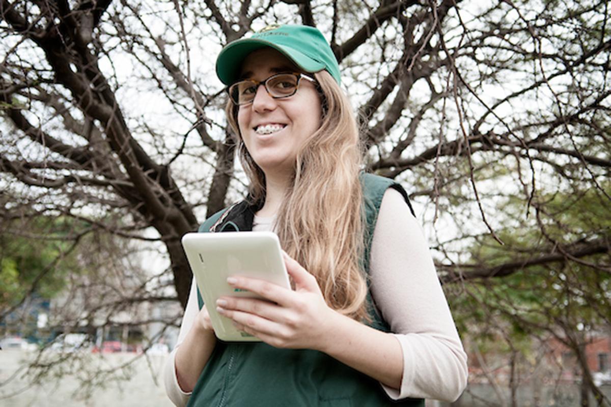 Stefanía Silveyra, productora familiar lechera de Uruguay, con una tablet en mano