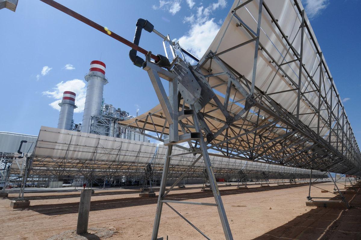Paneles solares y central eléctrica.