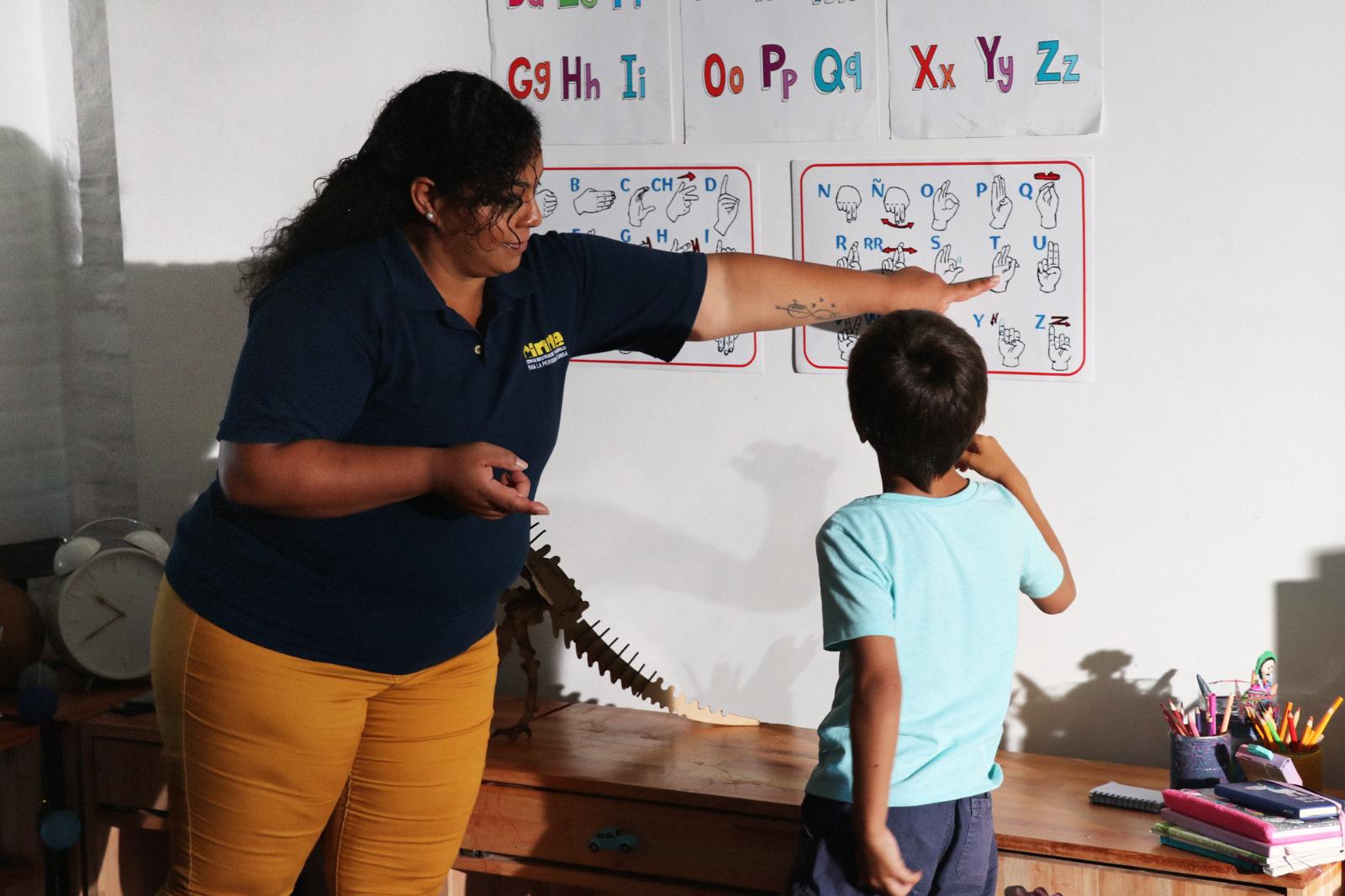 Maestra enseñando lenguaje de señas.