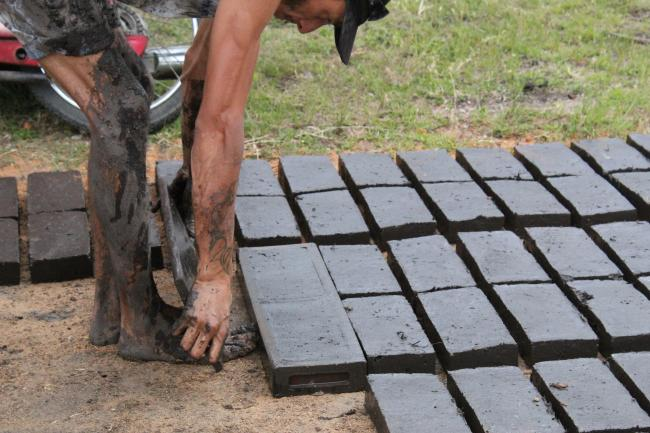 Artisanal brickmakers put the raw material into a mold, and then lay it out to dry. (Photo by Pablo Montes.)